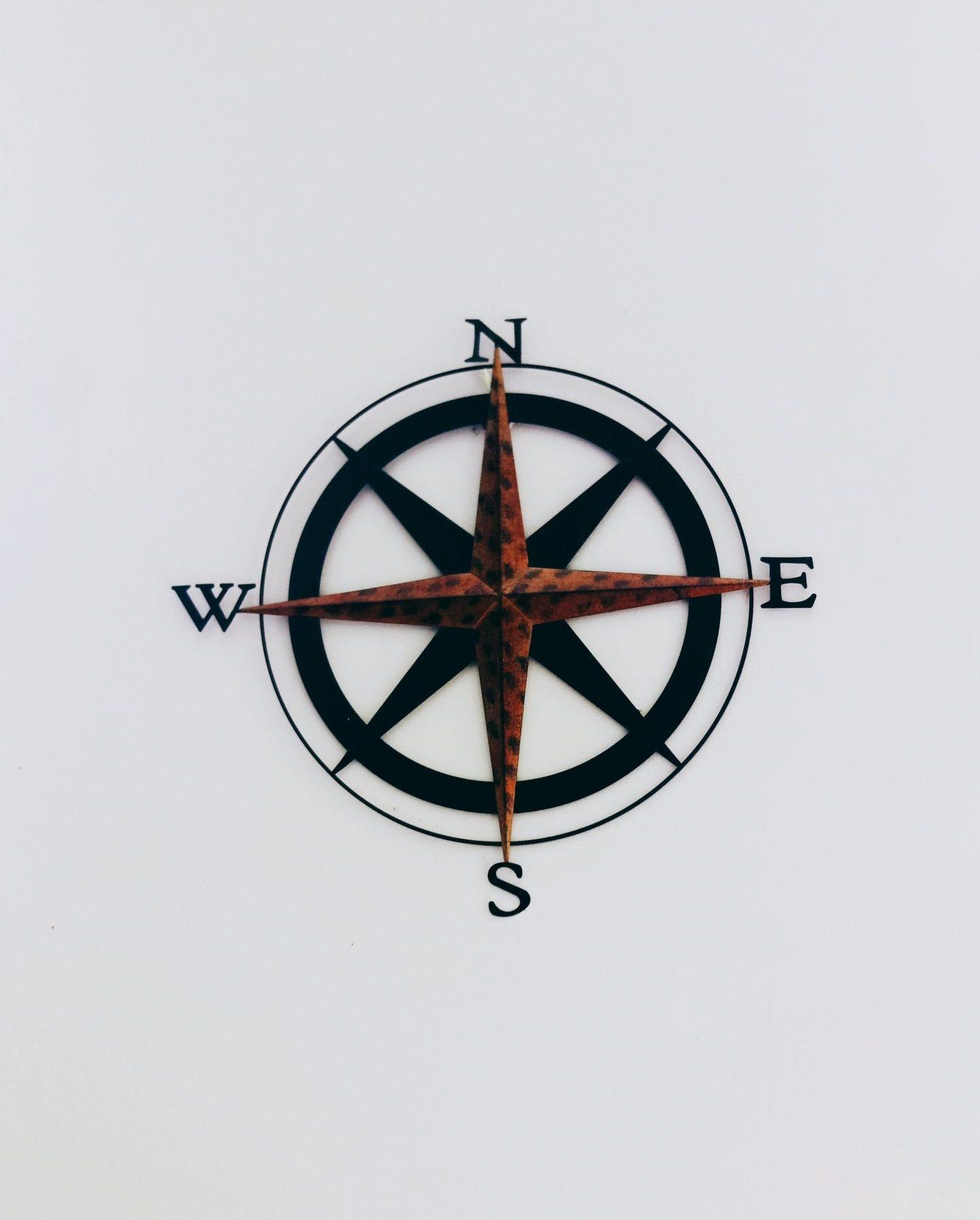 Zdjęcie przestawia kompas będący metaforą obrania właściwego kierunku drogi zawodowej